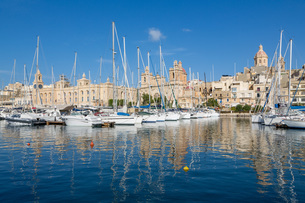 Boats moored in Grand Harbour marina at Birgu, Valletta, Malta, Mediterranean, Europeの写真素材 [FYI03787106]