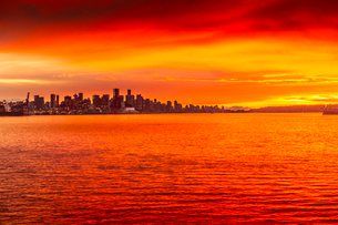 View of Vancouver Skyline from North Vancouver at sunset, British Columbia, Canada, North Americaの写真素材 [FYI03787226]