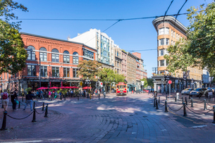 Architecture, trolleybus and cafe bar in Maple Tree Square in Gastown, Vancouver, British Columbia,の写真素材 [FYI03787245]