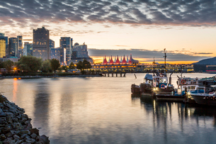 View of Canada Place and urban office buildings at sunset from CRAB Park, Vancouver, British Columbiの写真素材 [FYI03787246]