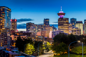 View of city skyline and Vancouver Lookout Tower at dusk from Portside, Vancouver, British Columbia,の写真素材 [FYI03787249]