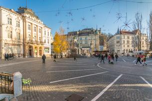 Ornate architecture in Plaza Presernov and castle visible in background, Ljubljana, Slovenia, Europeの写真素材 [FYI03787381]