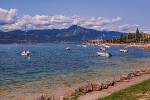 View of boats on Lake Garda from near Albisano, Lake Garda, Veneto, Italian Lakes, Italy, Europeの写真素材 [FYI03787421]