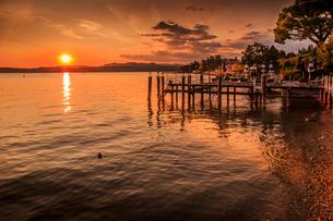 View of golden sunset on Lake Garda, Sirmione, Lake Garda, Lombardy, Italian Lakes, Italy, Europeの写真素材 [FYI03787422]