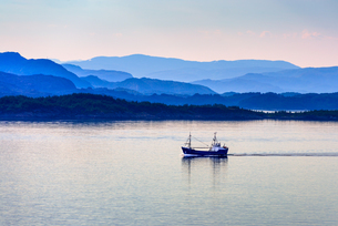 Tranquil coastal scenery at dawn south of Bergen, Hordaland, Norway, Scandinavia, Europeの写真素材 [FYI03787458]