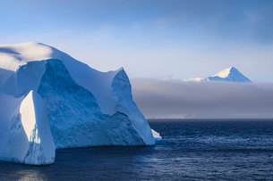 Huge iceberg, and mountain, clearing mist, Bransfield Strait, near South Shetland Islands and Antarcの写真素材 [FYI03787460]