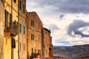 Typical houses of Pienza, Val d'Orcia, Siena province, Tuscany, Italy, Europeの写真素材 [FYI03787463]