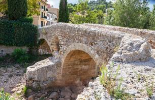 Old Roman double arch stone bridge, Pollenca, Mallorca (Majorca), Balearic Islands, Spain, Europeの写真素材 [FYI03787511]