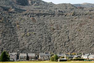 Houses below slate quarry waste heaps, Blaenau Ffestiniog, Gwynedd, North Wales, United Kingdom, Eurの写真素材 [FYI03787518]