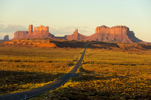 Sunrise on northern approach to Monument Pass, southern Utah, United States of America, North Americの写真素材 [FYI03787554]