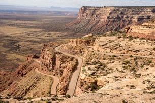 Mokee Dugway switchback dirt road off Cedar Mesa, Mexican Hat, southern Utah, United States of Ameriの写真素材 [FYI03787561]