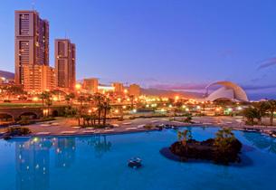 Parque Maritimo Cesar Manrique, Torres de Santa Cruz and Auditorium, Santa Cruz de Tenerife, Tenerifの写真素材 [FYI03787644]