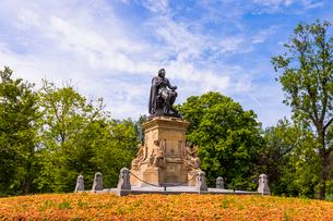 Statue of Joost Van Den Vondel in Vondelpark, Amsterdam, Netherlands, Europeの写真素材 [FYI03787671]