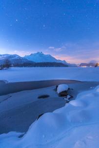 Stars above Piz Da La Margna and icy Lake Sils, Maloja, Engadine, Canton of Graubunden, Switzerland,の写真素材 [FYI03787739]