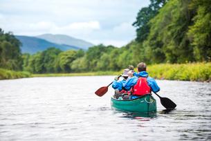 Canoeing the Caledonian Canal, near Fort William, Scottish Highlands, Scotland, United Kingdom, Euroの写真素材 [FYI03787772]