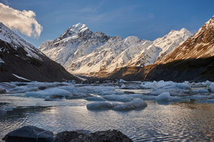 Hooker Glacier Lake in the shadow of Mount Cook (Aoraki), Hooker Valley Trail, Mount Cook National Pの写真素材 [FYI03787785]