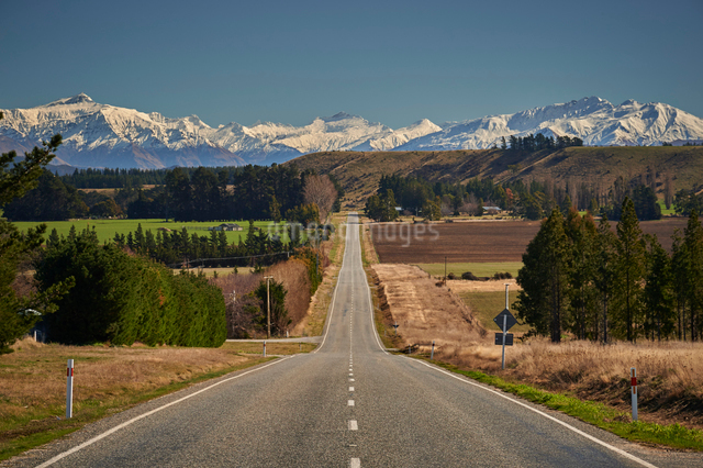 Open road on State Highway 6 near Cromwell, Central Otago with views to the ski fields at Wanaka, Otの写真素材 [FYI03787791]