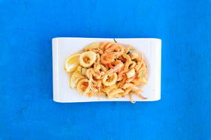 Fried seafood on platter, Sicily, Italy, Europeの写真素材 [FYI03787851]