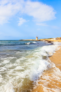 Sea waves crashing on sand beach of Baia dei Mulini, Trapani, Sicily, Italy, Mediterranean, Europeの写真素材 [FYI03787852]