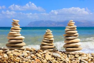 Sculptures of stones on beach, Castellammare del Golfo, province of Trapani, Sicily, Italy, Mediterrの写真素材 [FYI03787890]