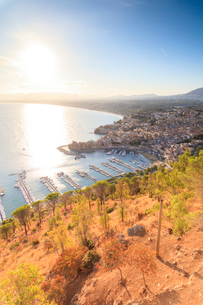 Elevated view of Castellammare del Golfo, province of Trapani, Sicily, Italy, Mediterranean, Europeの写真素材 [FYI03787898]