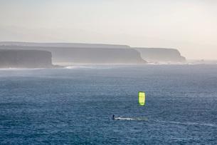 Windsurfer off El Cotillo beach on the volcanic island of Fuerteventura, Canary Islands, Spain, Atlaの写真素材 [FYI03787935]