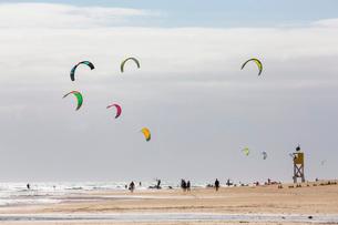 Many people kiteboarding off the Playa de La Barca, Costa Calma, on the volcanic island of Fuertevenの写真素材 [FYI03787962]