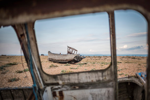 Old fishing boat on Dungeness Beach, Kent, England, United Kingdom, Europeの写真素材 [FYI03788010]