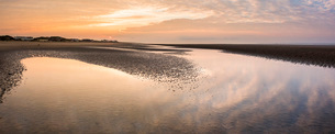 Camber Sands Beach at sunrise, East Sussex, England, United Kingdom, Europeの写真素材 [FYI03788021]