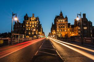 Traffic on the North Bridge, Edinburgh, Scotland, United Kingdom, Europeの写真素材 [FYI03788061]