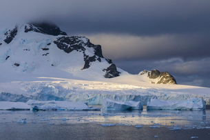 Early morning atmospheric cloud, mountains, glaciers and icebergs, Ronge Island, Errera Channel, Antの写真素材 [FYI03788144]