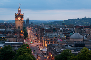 Princes Street at night, Edinburgh, Scotland, United Kingdom, Europeの写真素材 [FYI03788168]