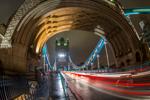 Fisheye view of traffic trail lights on Tower Bridge at night, Southwark, London, England, United Kiの写真素材 [FYI03788214]