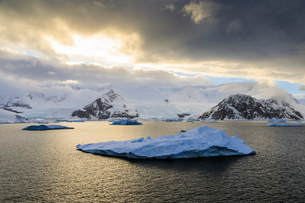 Sunrise, with atmospheric cloud and mist, mountains, glaciers and icebergs, Neko Harbour, Andvord Baの写真素材 [FYI03788271]