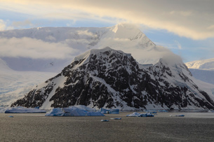 Sunrise, with atmospheric cloud and mist, mountains, glaciers and icebergs, Neko Harbour, Andvord Baの写真素材 [FYI03788272]