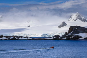 Expedition tourists on a zodiac boat approach Half Moon Island, sunny day, South Shetland Islands, Aの写真素材 [FYI03788361]