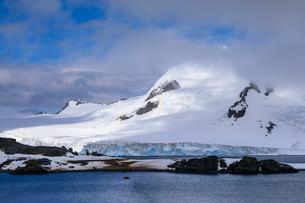 Expedition tourists on Half Moon Island, Livingston Island backdrop, sunny day, South Shetland Islanの写真素材 [FYI03788362]