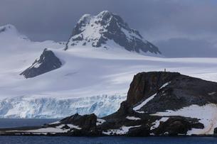 Half Moon Island, Livingston Island mountain and glacier backdrop, South Shetland Islands, Antarcticの写真素材 [FYI03788363]