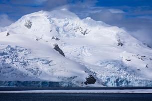 Low lying Half Moon Island, Livingston Island mountain and glacier backdrop, sunny day, South Shetlaの写真素材 [FYI03788366]