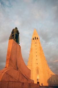 Midnight sun on Hallgrimskirkja (Church of Iceland) Cathedral, Reykjavik, Iceland, Polar Regionsの写真素材 [FYI03788475]