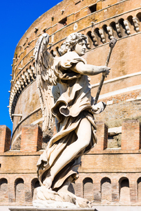 An angel statue from Ponte Sant'Angelo with Castle of the Holy Angel (Castel Sant'Angelo), Rome, Lazの写真素材 [FYI03788507]