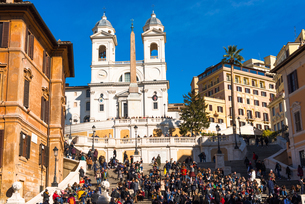 Piazza di Spagna with crowed Spanish Steps and church of Santissima Trinita dei Monti to the rear, Rの写真素材 [FYI03788511]