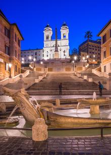 Fountain Fontana della Barcaccia at Piazza di Spagna at Spanish Steps with church of Santissima Trinの写真素材 [FYI03788570]