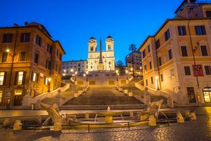 Fountain Fontana della Barcaccia at Piazza di Spagna at Spanish Steps with church of Santissima Trinの写真素材 [FYI03788581]