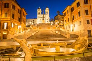 Fontana della Barcaccia in front of the Spanish Steps at Piazza di Spagna at dawn, Rome, Lazio, Italの写真素材 [FYI03788596]