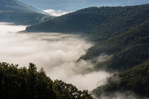 Morning clouds and mist lingering over the Monte Sibillini Mountains, Umbria, Italy, Europeの写真素材 [FYI03788654]