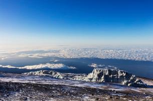 Summit views and receding glacier on Mount Kilimanjaro, Kilimanjaro National Park, UNESCO World Heriの写真素材 [FYI03788655]