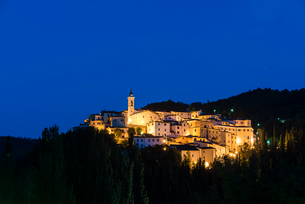 View of the village of Preci at dusk, Valnerina, Umbria, Italy, Europeの写真素材 [FYI03788659]