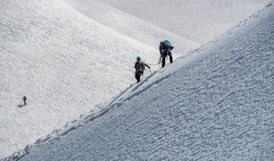 Climbers descending down a steep ridge from the Aiguille du Midi to the valley Blanche below, Chamonの写真素材 [FYI03788769]