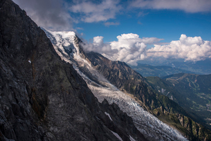 The Bossons Glacier one of the large glaciers of the Mont Blanc massif of the Alps, found in the Chaの写真素材 [FYI03788774]